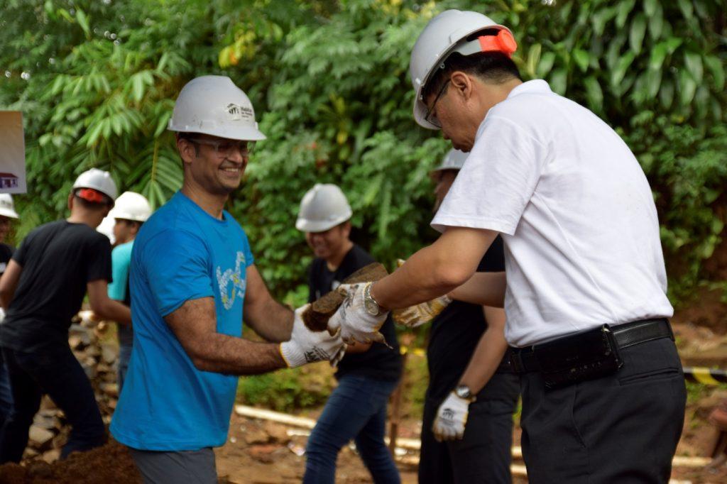 Tiga Ratus (300) Karyawan Amar Bank Membangun 20 Rumah di ...